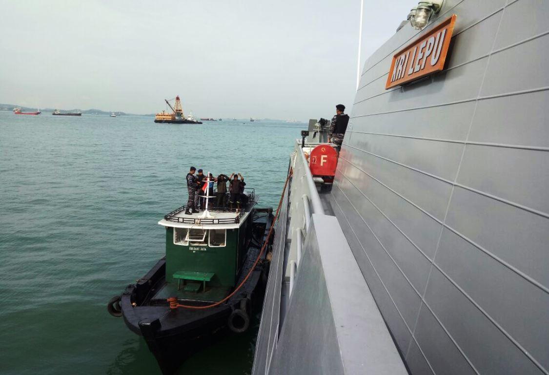 KRI Lepu-861 Koarmabar Tangkap  Kapal Muat Solar Ilegal di Selat Riau