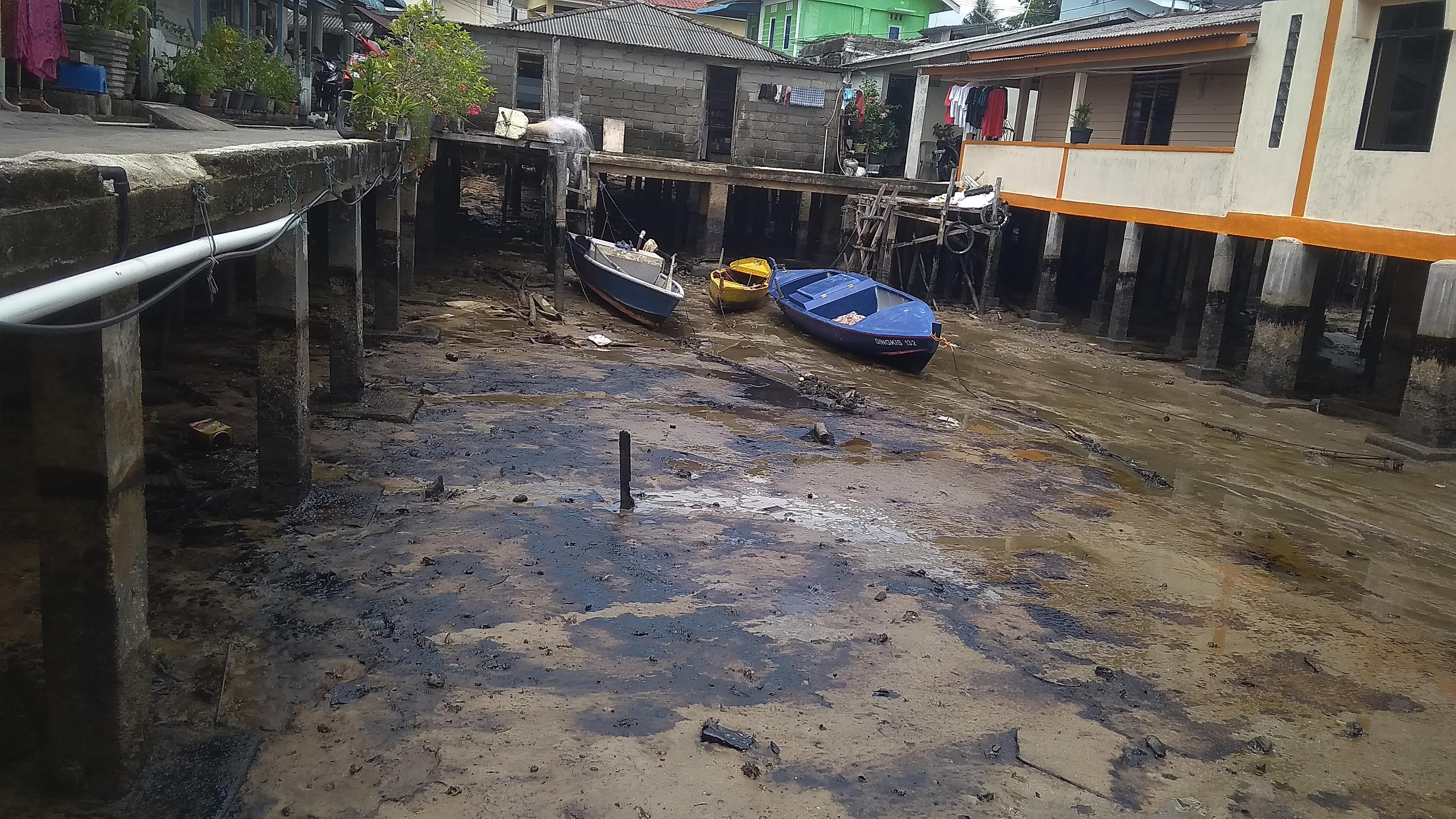 Perairan Tanjungpinang Dipenuhi Limbah Minyak Hitam