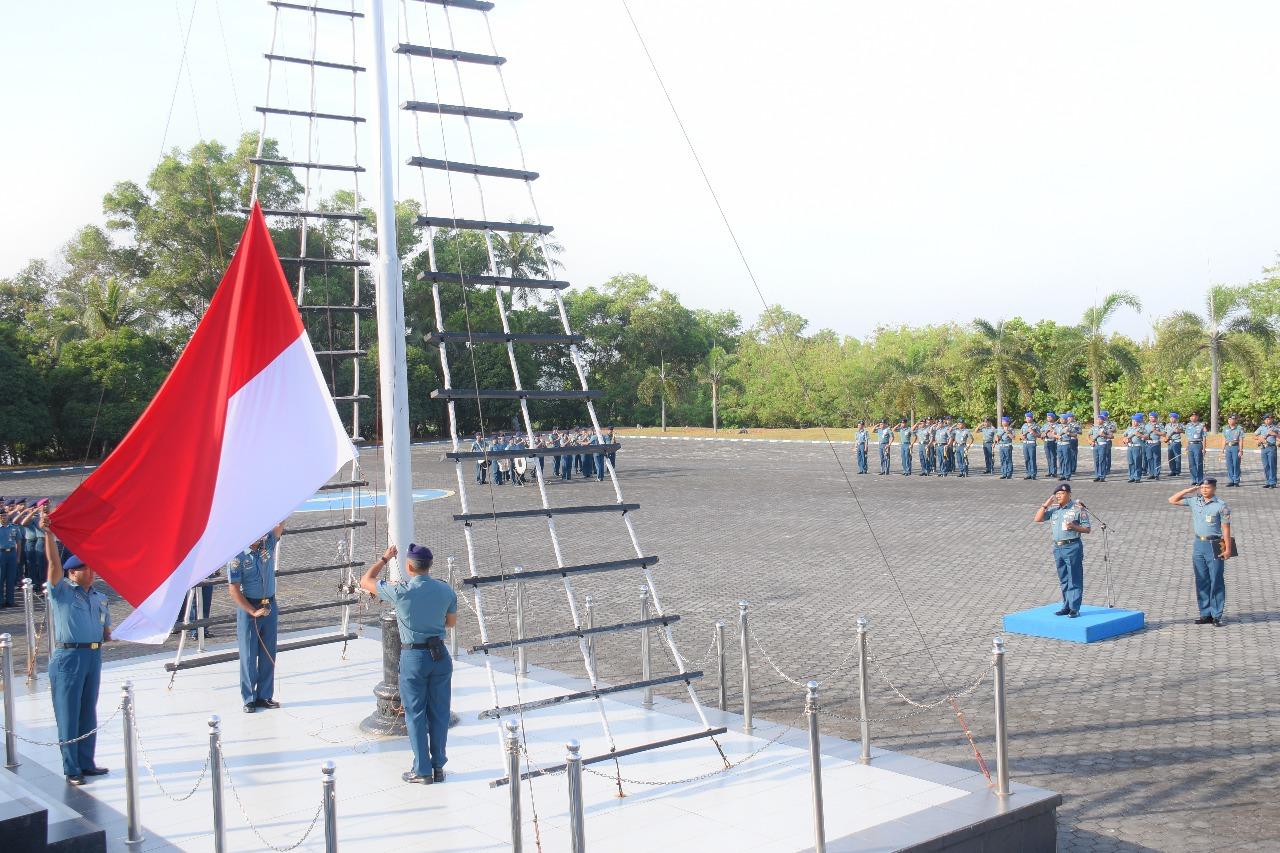 Dansatrol Lantamal IV Pimpin Upacara Bendera