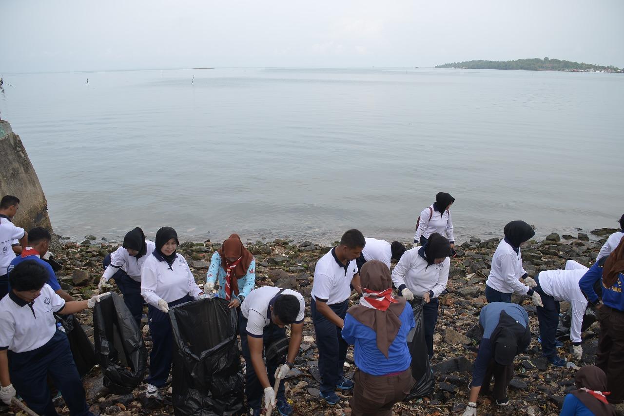 Bersihkan Pantai Teluk Keriting, Ratusan Personel Lantamal IV Dikerahkan