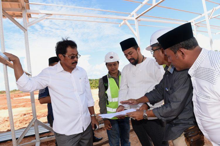 Gubernur Tinjau Pembangunan Lapangan Sepak Bola Pulau Dompak