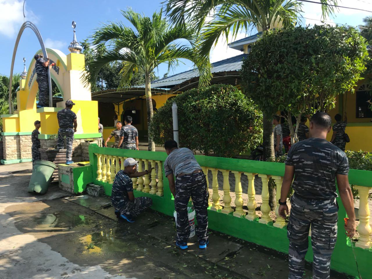 Jelang Bulan Ramadhan, Satkat Armabar Goro Bersihkan Mesjid Jami Tanjunguban