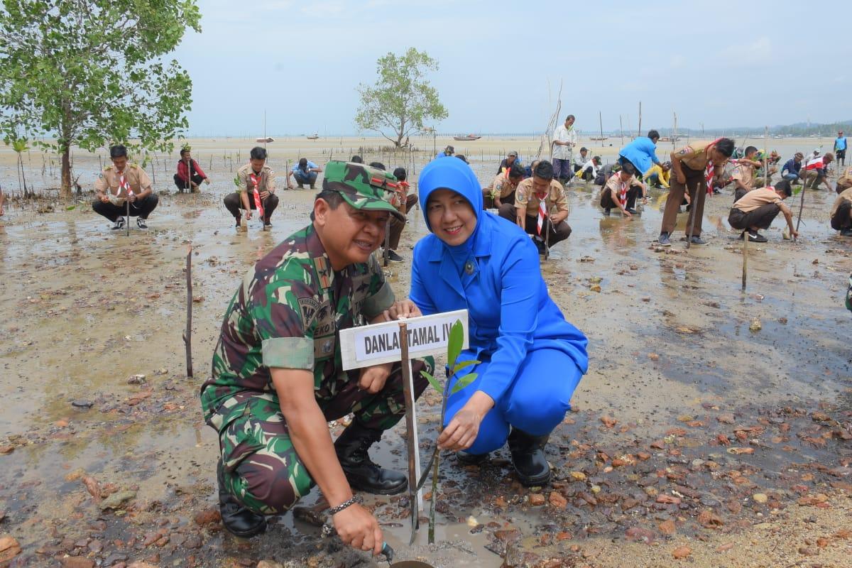 Baksos di Dabo Singkep, Danlantamal IV Besama Ketua Korcab IV DJA I Tanam Pohon Mangrove