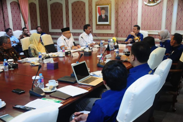 Subuh dengan UAS, Siang Temui Dua Menteri
