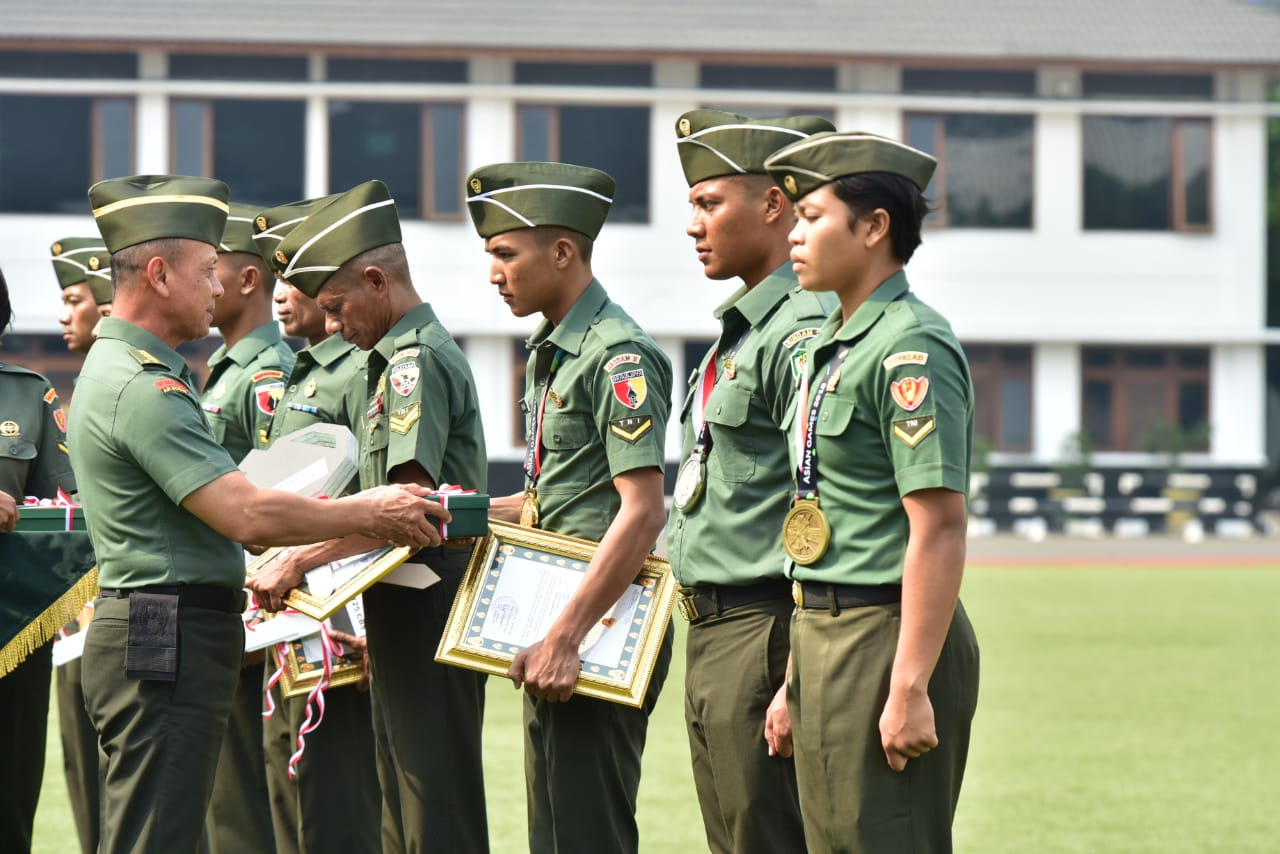 Kasad Beri Penghargaan Kepada Prajurit TNI AD yang Berprestasi