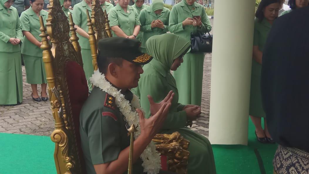 Tiba di Batam, Pangdam I/BB dan Istri Disambut Tepung Tawar