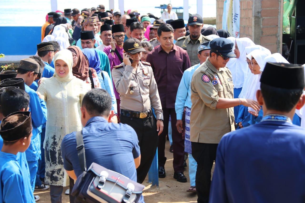 Apri Sujadi Serahkan Bantuan Korban Puting Beliung di Desa Kelong