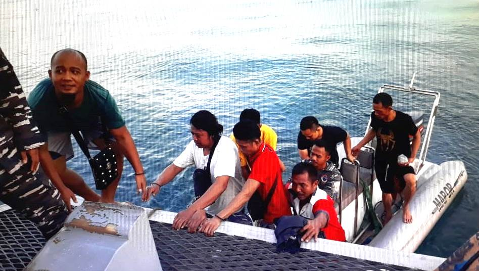 Kapal TNI AL Amankan Puluhan TKI Illegal dari Malaysia
