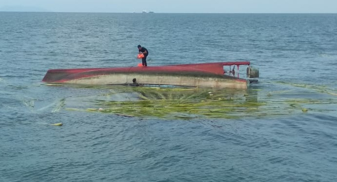 Kapal Bawa Kelapa Dari Meranti Tenggelam di Perairan Karimun