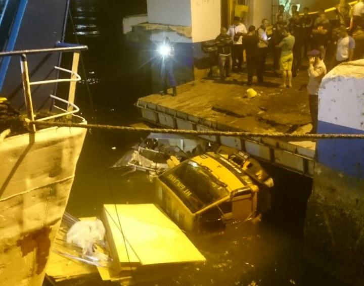 Ramdor Kapal RoRo Patah, Truk Muat Bahan Material Jatuh ke Laut