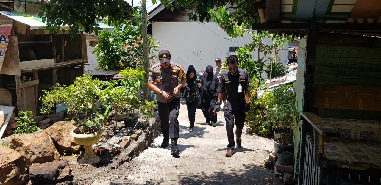 Kapolsek Tanjungpinang barat membantu meringankan sedikit beban kepada warganya yang menderita kanker Nasopating