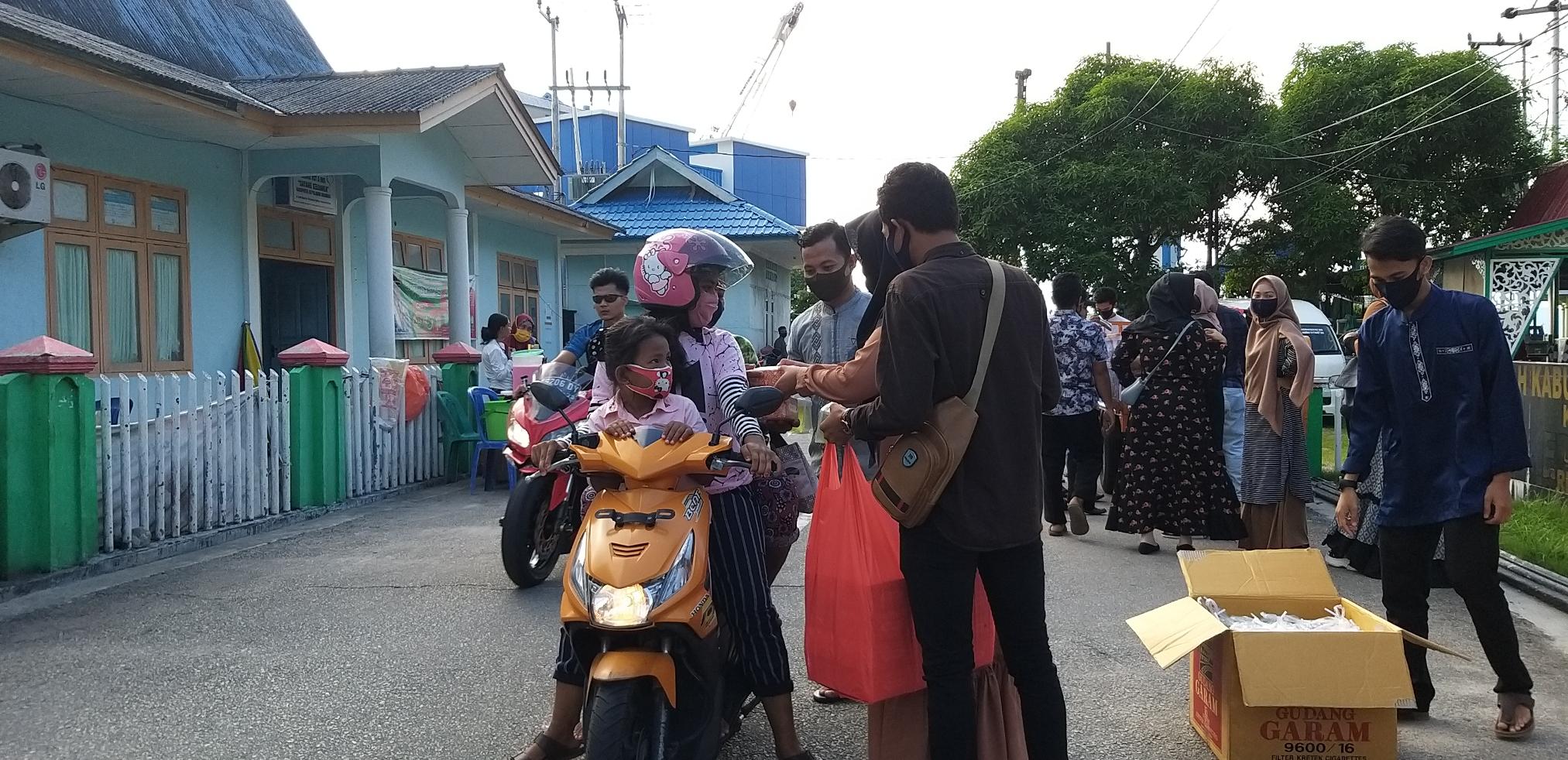 Imkka – Pku peduli, gelar gerakan berbagi takjil kepada masyarakat Kabupaten Kepulauan Anambas