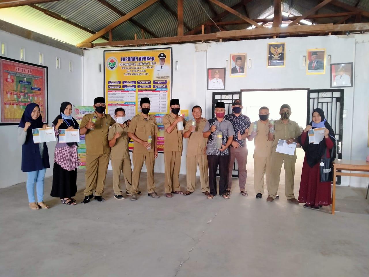 Mahasiswa Kukerta Unri Menyerahkan Hasil Pembuatan Hand Sanitizer Alami Kepada Kepala Desa dan Kepala Dusun Desa Lenggadai Hulu
