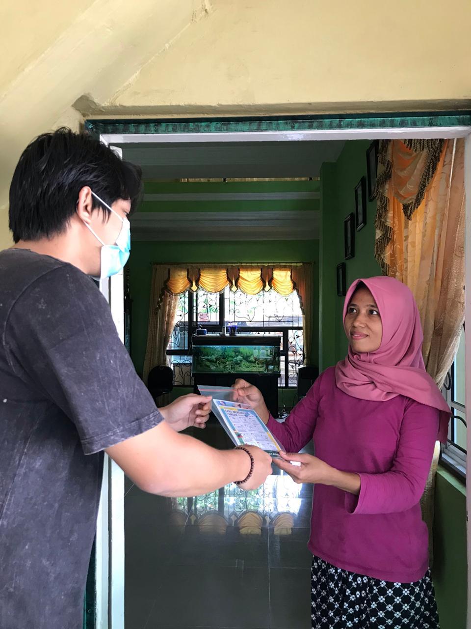 Guna Tingkatkan Pemahaman Covid-19, Mahasiswa KKN UNS Bagikan KKN KIT di Wilayah Tanjungpinang Barat