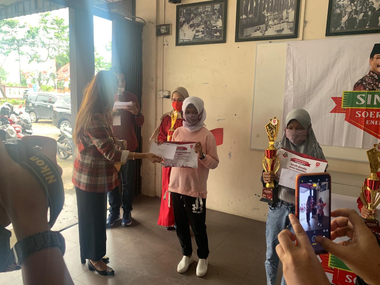 Tim Sinergi Kepri Bagikan Hadiah di Tanjungpinang