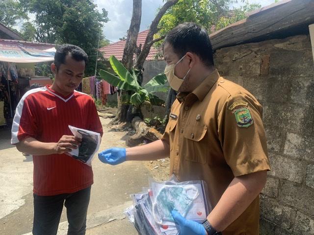 Kelurahan Tanjungpinang Timur Susuri Gang Kecil Bagikan Masker