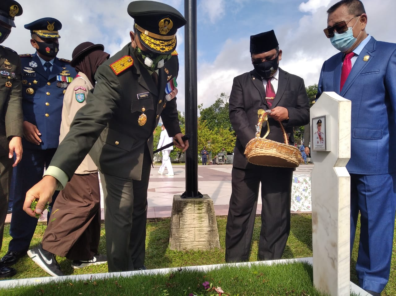 Danrem 033/WP Brigjen TNI Harnoto, S.Sos, Pimpin Ziarah rombongan peringatan Hari Ulang Tahun Tentara Nasional Indonesia (TNI) ke-75