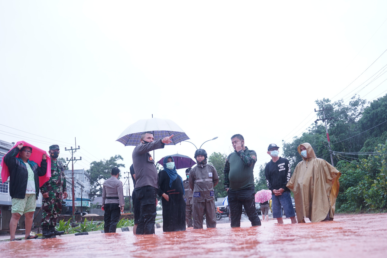 Tinjau Titik Banjir, Rahma Beri Semangat dan Bantuan kepada Korban Banjir