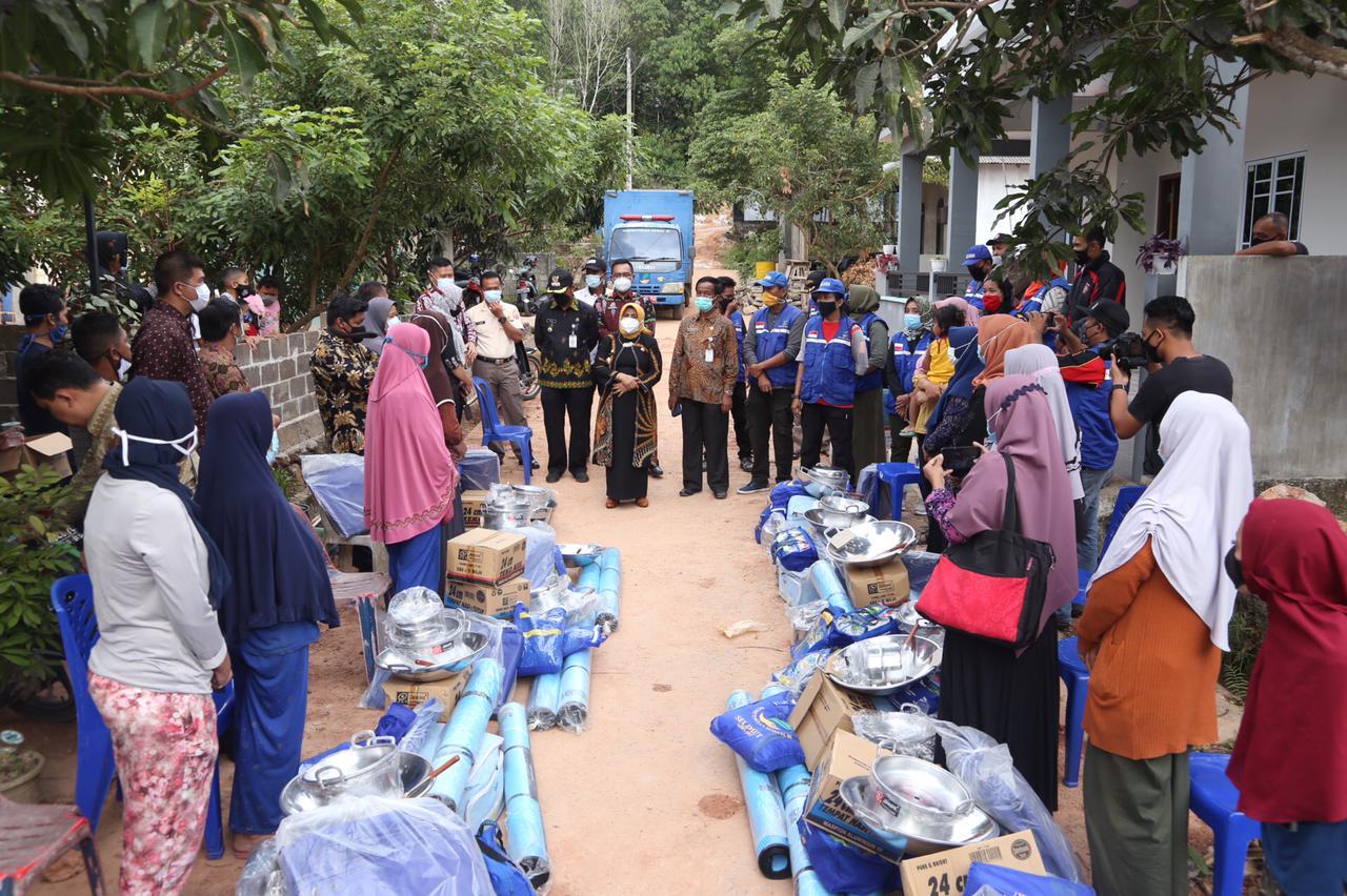 Walikota Serahkan Bantuan ke Masyarakat Korban Longsor Cenderawasih