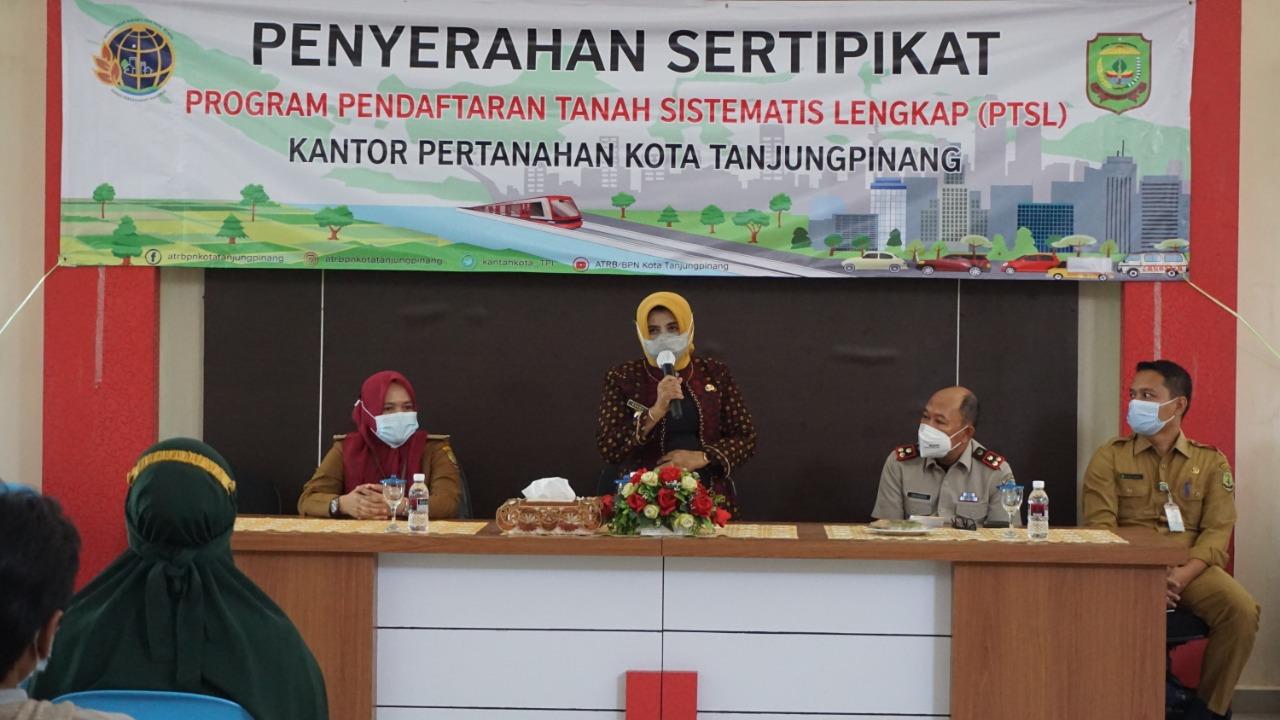 Wali Kota Bagikan 1.137 Sertifikat PTSL Untuk Warga