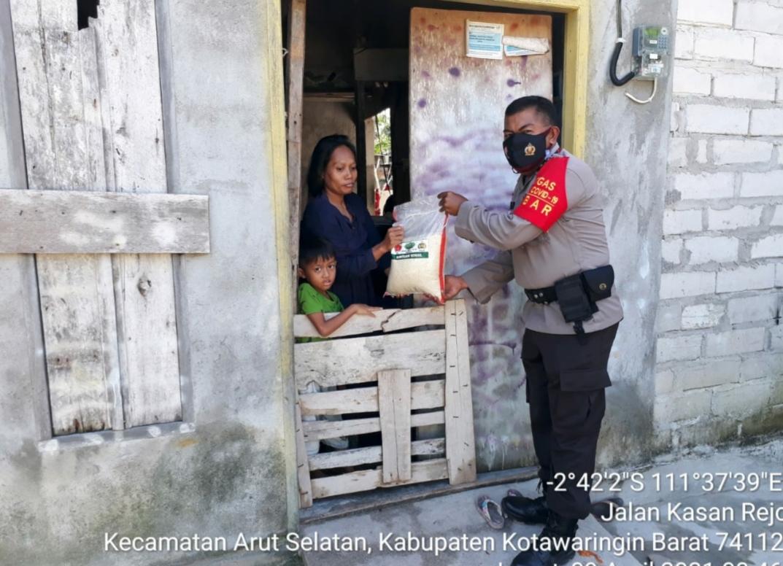 Jum'at Berkah Satreskrim Polres Kobar Berbagi Kepada Kaum Dhuafa di Pangkalan Bun