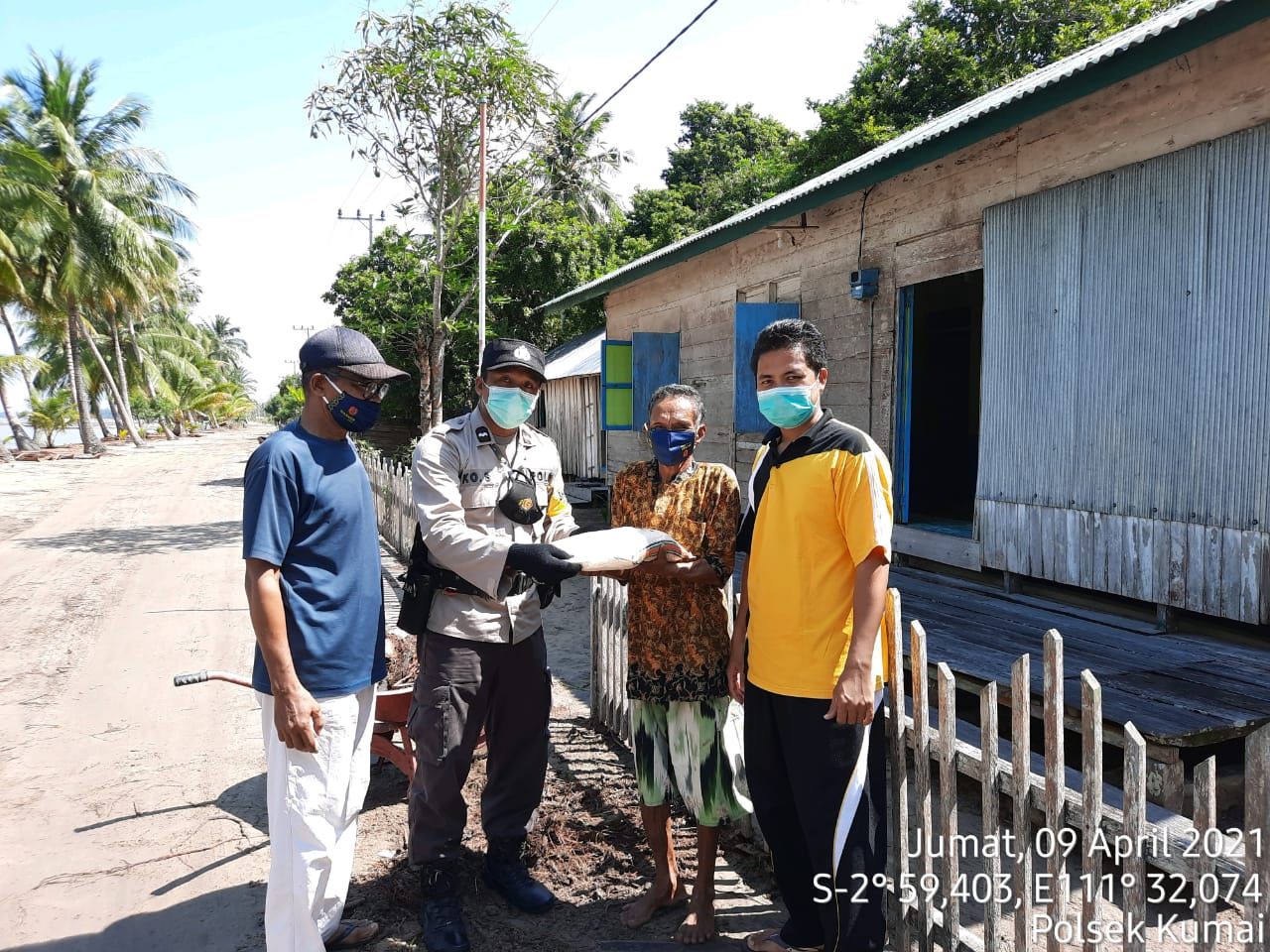 Jum'at Berkah, Polsek Kumai Berikan Bantuan Sosial Kepada Warga Kumai
