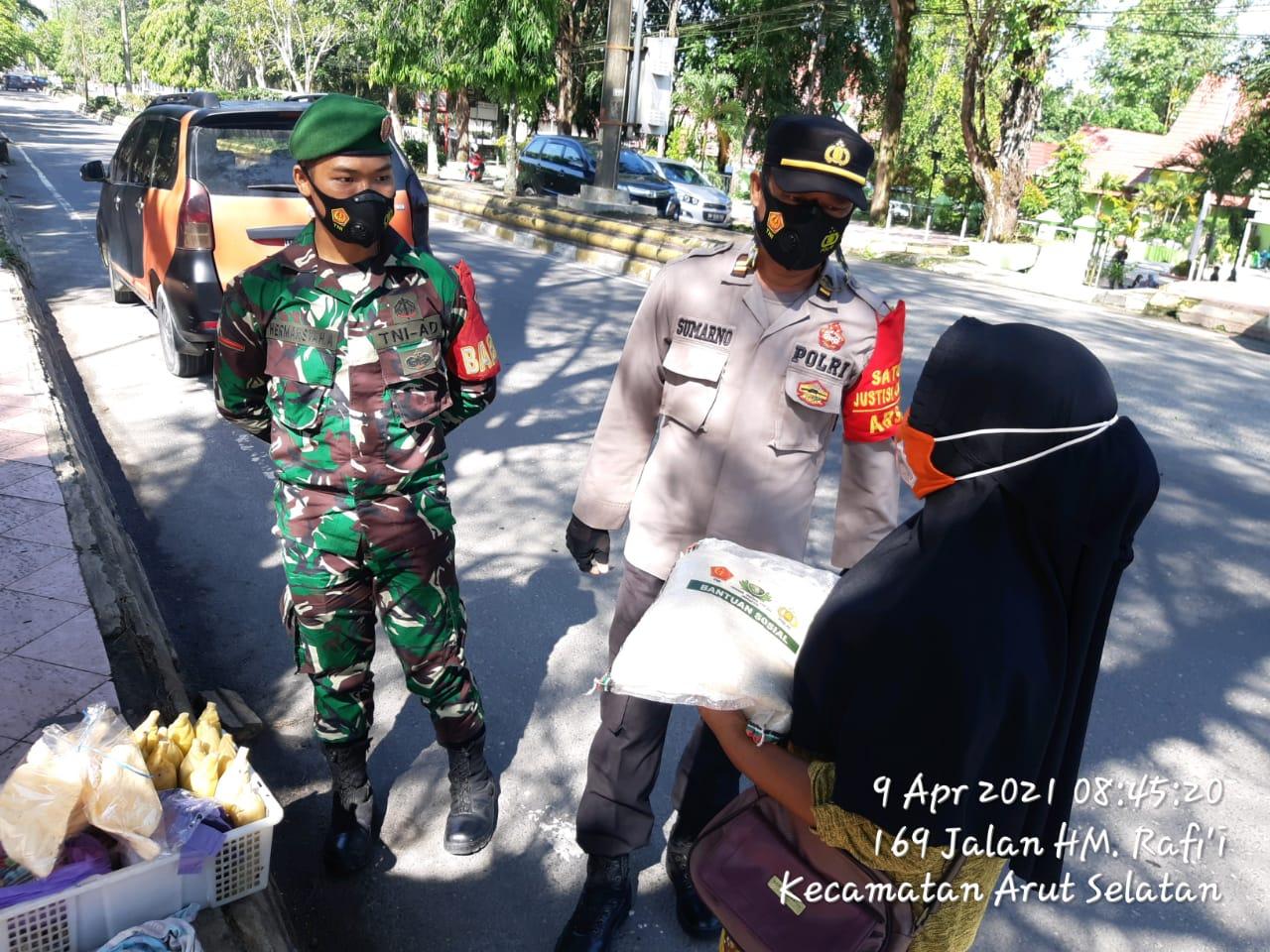Jum'at Berkah Polsek Arsel Bersama TNI Salurkan Bantuan Sembako Kepada Warga Seputaran Kota P Bun