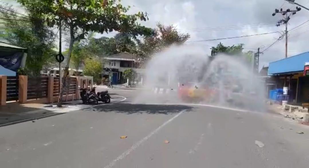 Rutin Turunkan AWC di hari Libur, Satsabhara Lakukan Penyemprotan Pada Jalan Utama di Kobar
