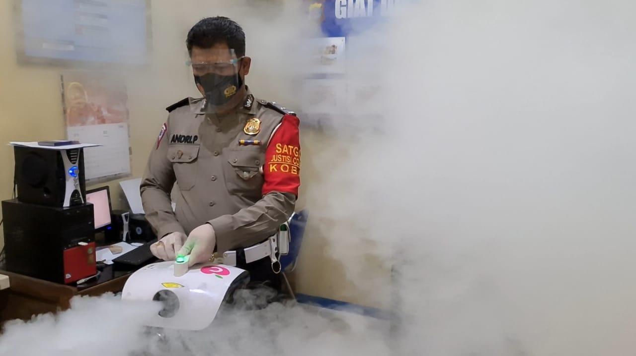 Satlantas Polres Kobar melaksanakan kegiatan Fogging Disinfecktan di Kantor Sat Lantas Pores Kobar