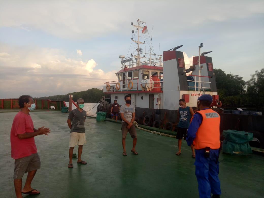 Personel Polres Kobar Pantau Penerapan Prokes Nahkoda Kapal Dan ABK Yang Berada Didaerah Aliran Sungai Kumai