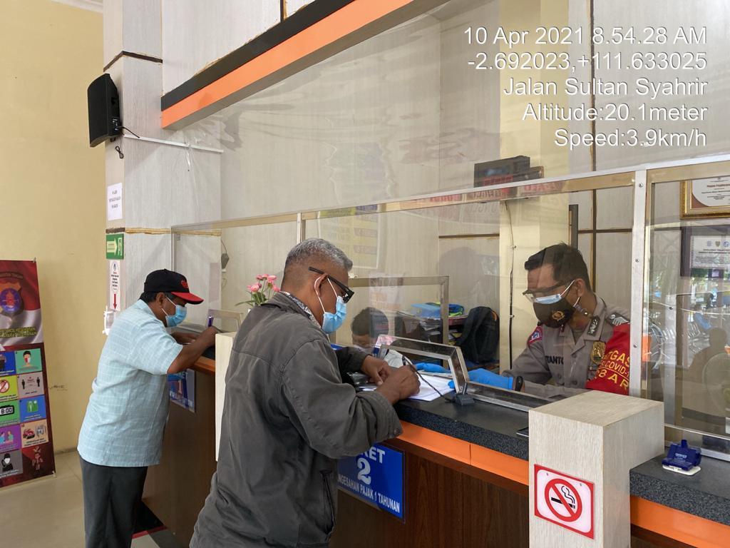Cegah Penularan Covid – 19, Personil Samsat Satlantas Polres Kobar Terapkan Prokes Dalam Pelayanan STNK