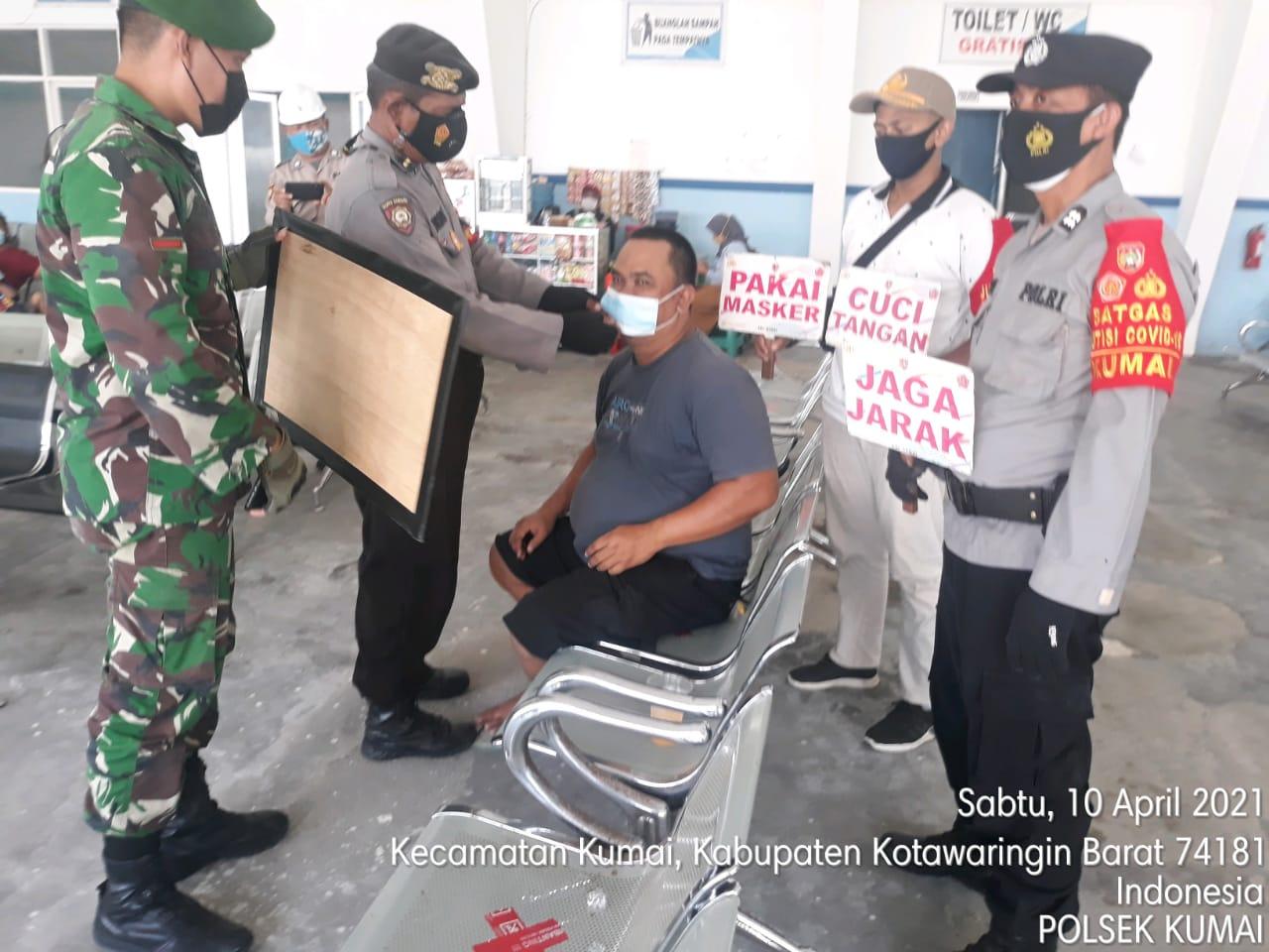 TNI & POLRI lakukan pembagian masker kepada Masyarakat