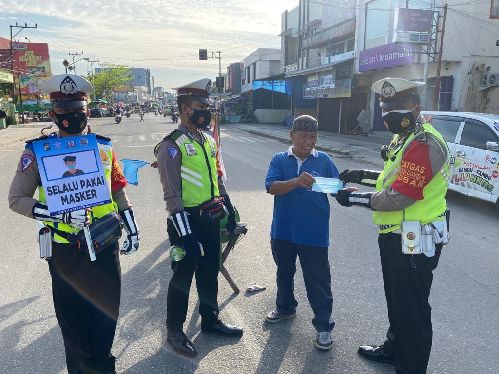 Gerakan Maskerisasi, Satlantas Polres Kobar Bagikan Masker ke Masyarakat