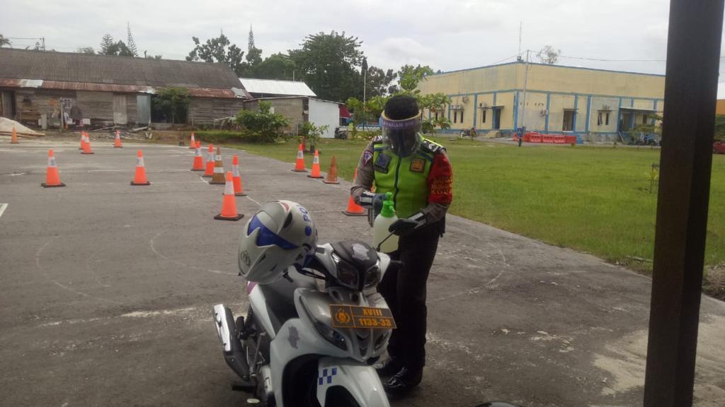 Satlantas Polres Kobar terapkan Prokes dilapangan Uji Praktik SIM