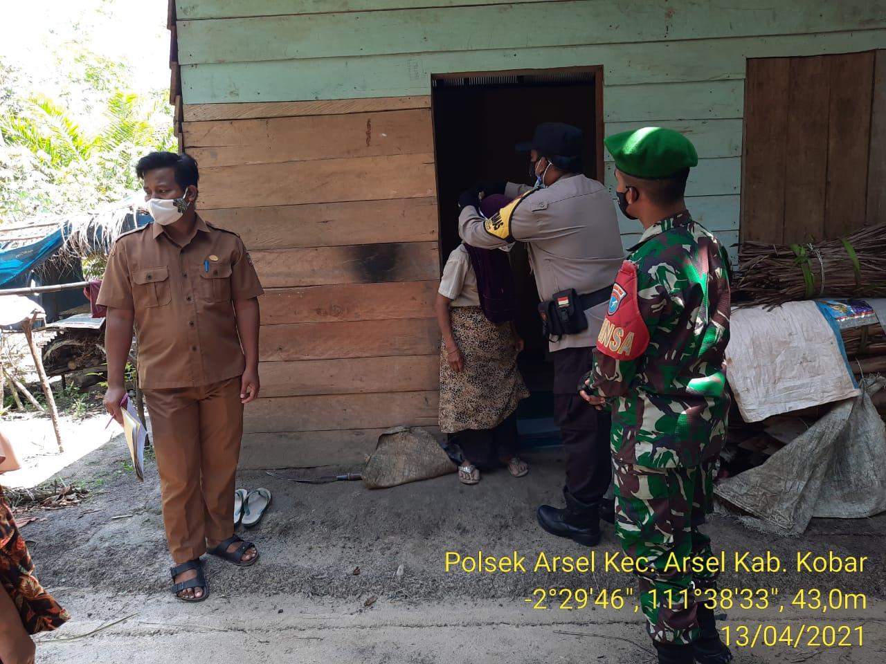 Bhabinkamtibmas Polsek Arsel Bersama TNI Imbau Prokes Dan Bagikan Masker Ke Warga