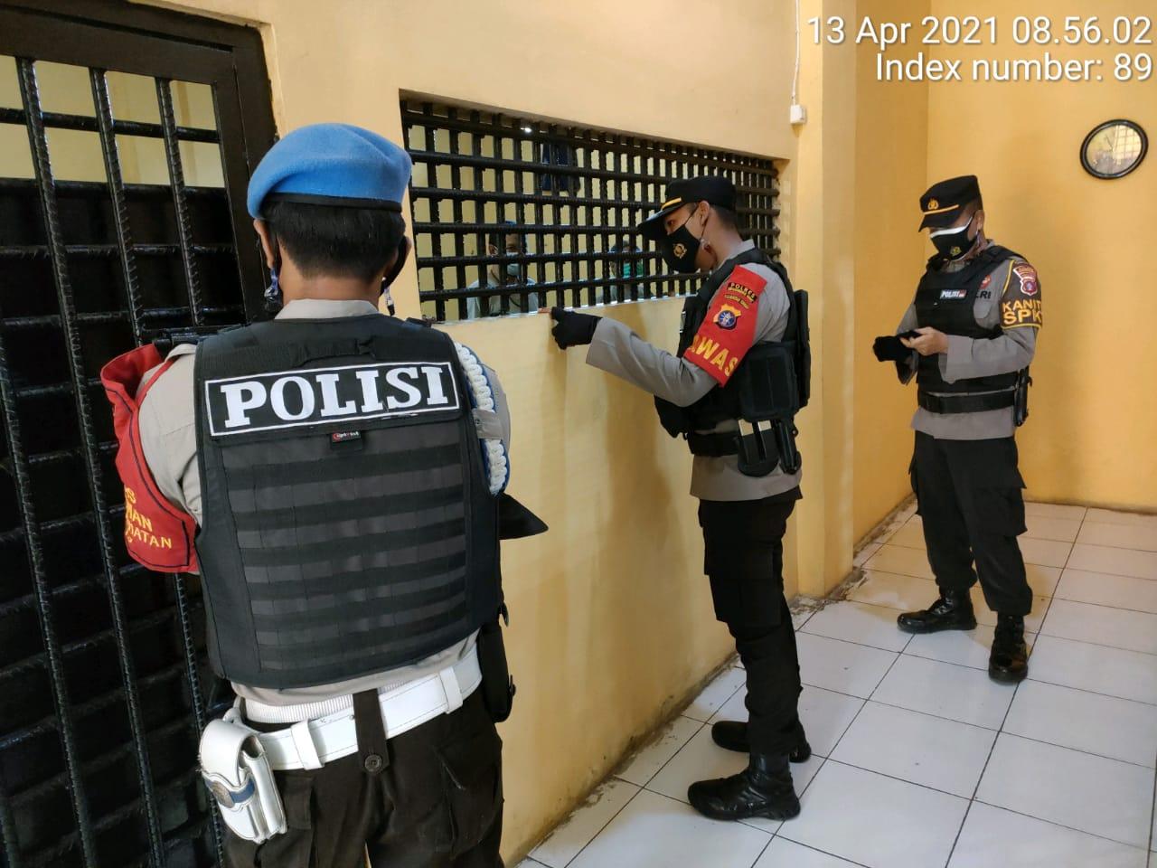 KANIT SPKT BESERTA PAWAS DAN PIKET FUNGSI LAKUKAN CEK DAN KONTROL RUANG TAHANAN