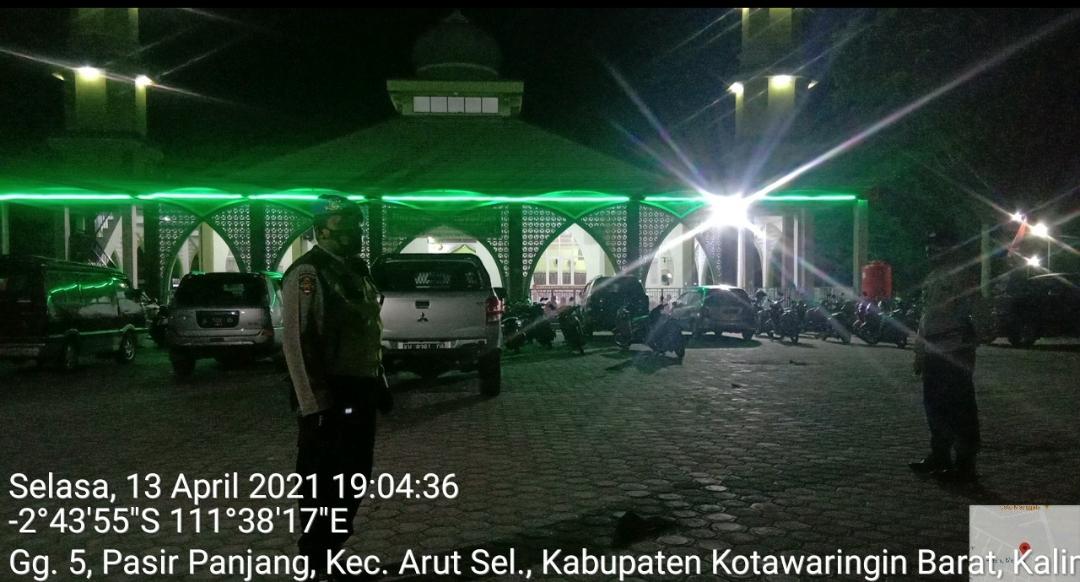 Polsek Arsel Terjunkan Personelnya Laksanakan Pengamanan Sholat Taraweh di Masjid Babussalam Pinang Merah