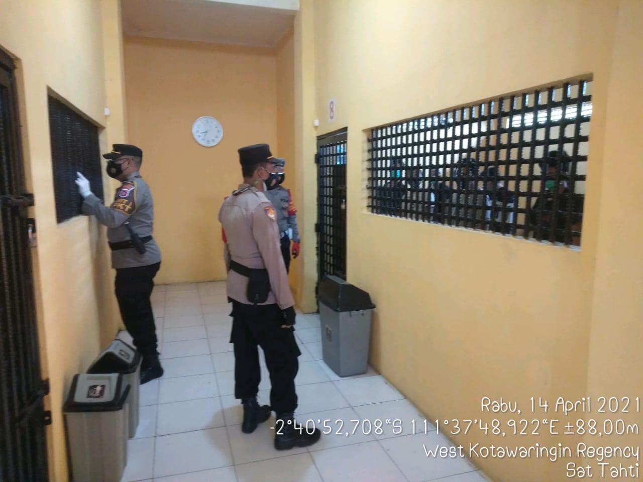 Personel Satsabhara Polres Kotawaringin Barat laksanakan pemeriksaan