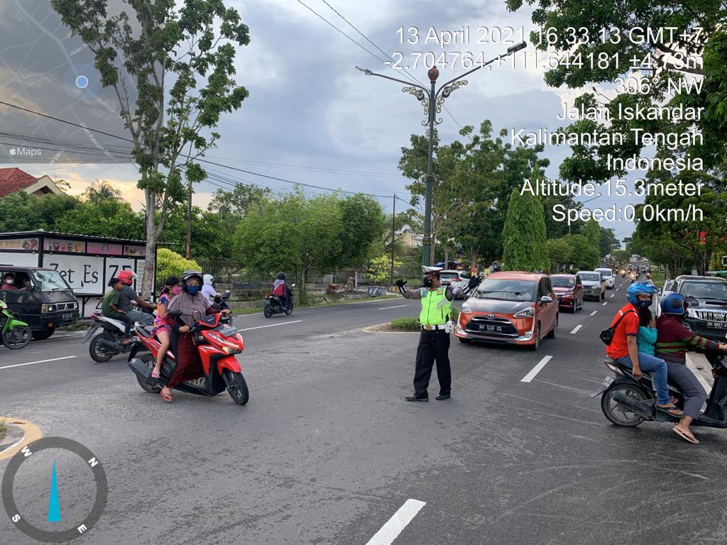 Anggota Satlantas Polres Kobar Melaksanakan Gatur di Pasar Wadai