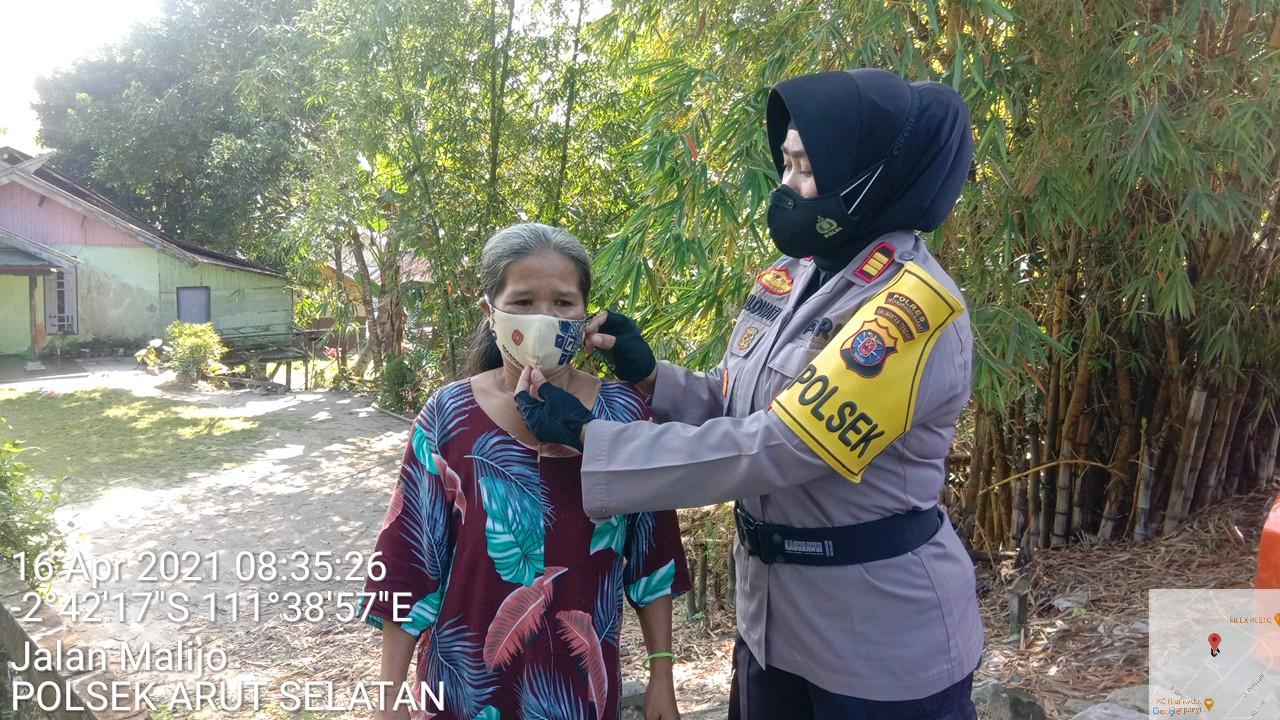 Kapolsek Arsel Bersama TNI Imbau Prokes Dan Bagikan Masker Ke Warga Masyarakat Kel Madurejo