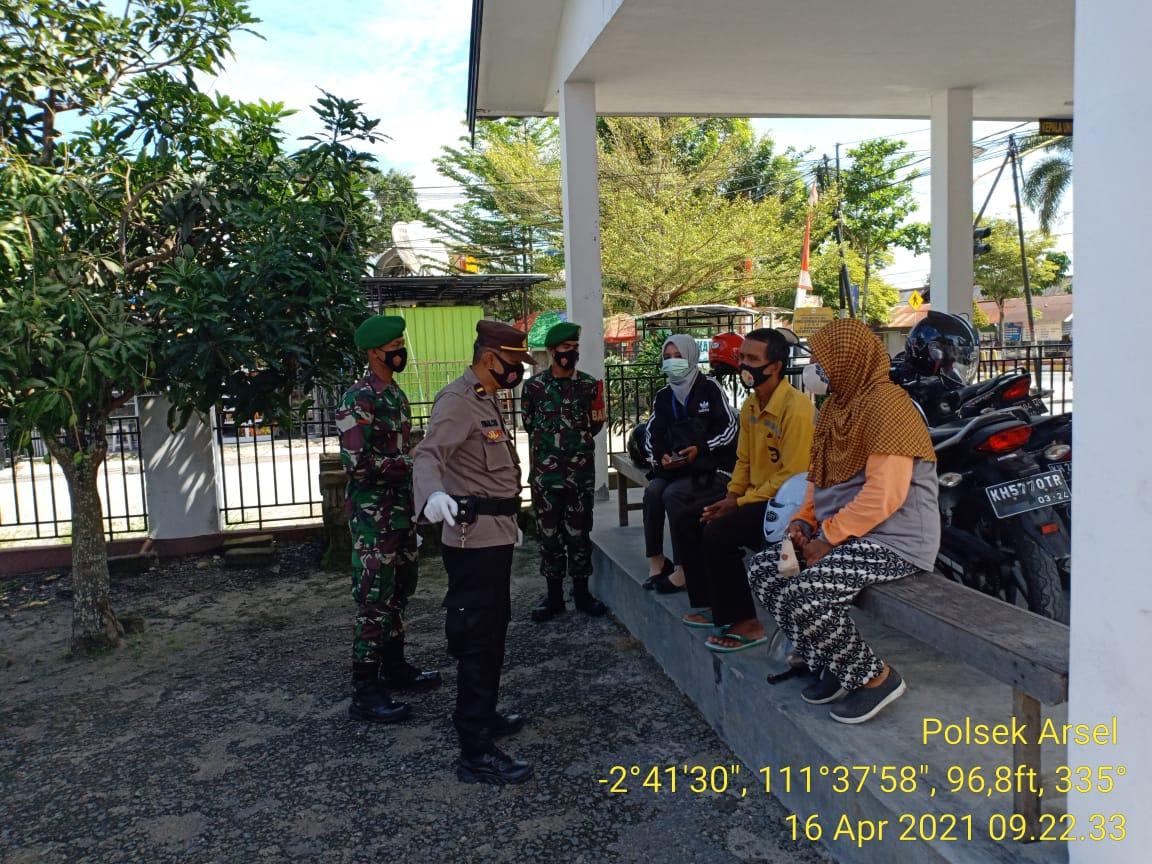 Polsek Arsel Bersama TNI Gencar Laksanakan Ops Yustisi Dengan Menerapkan Prokes Kepada Warga