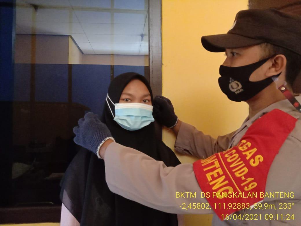 TNI-POLRI Bagikan Masker Dan Imbauan Untuk Terapkan Prokes Dengan Benar
