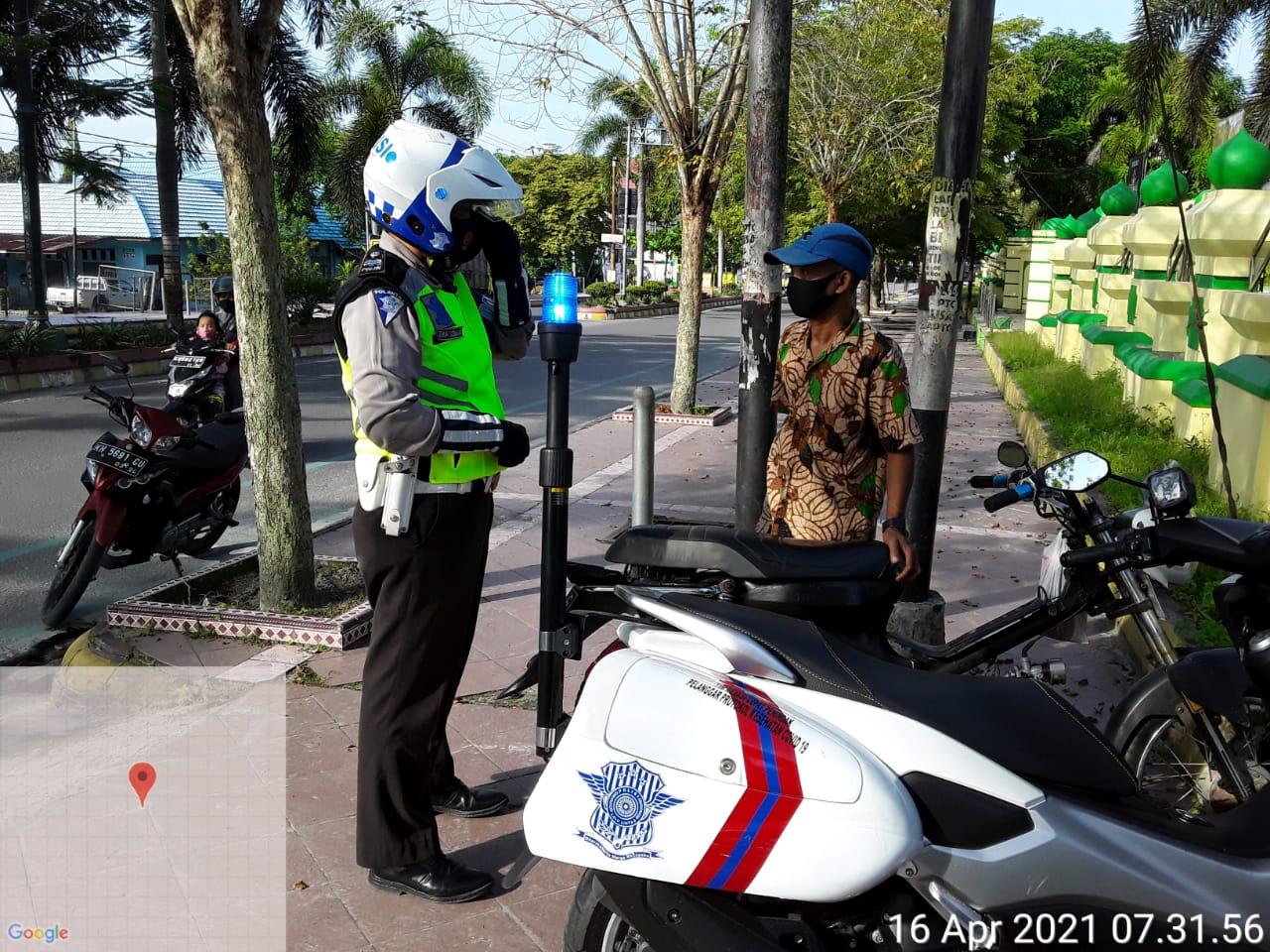Personel Satlantas Polres Kobar Ajak Pengendara Untuk Tertib Berlalu-lintas