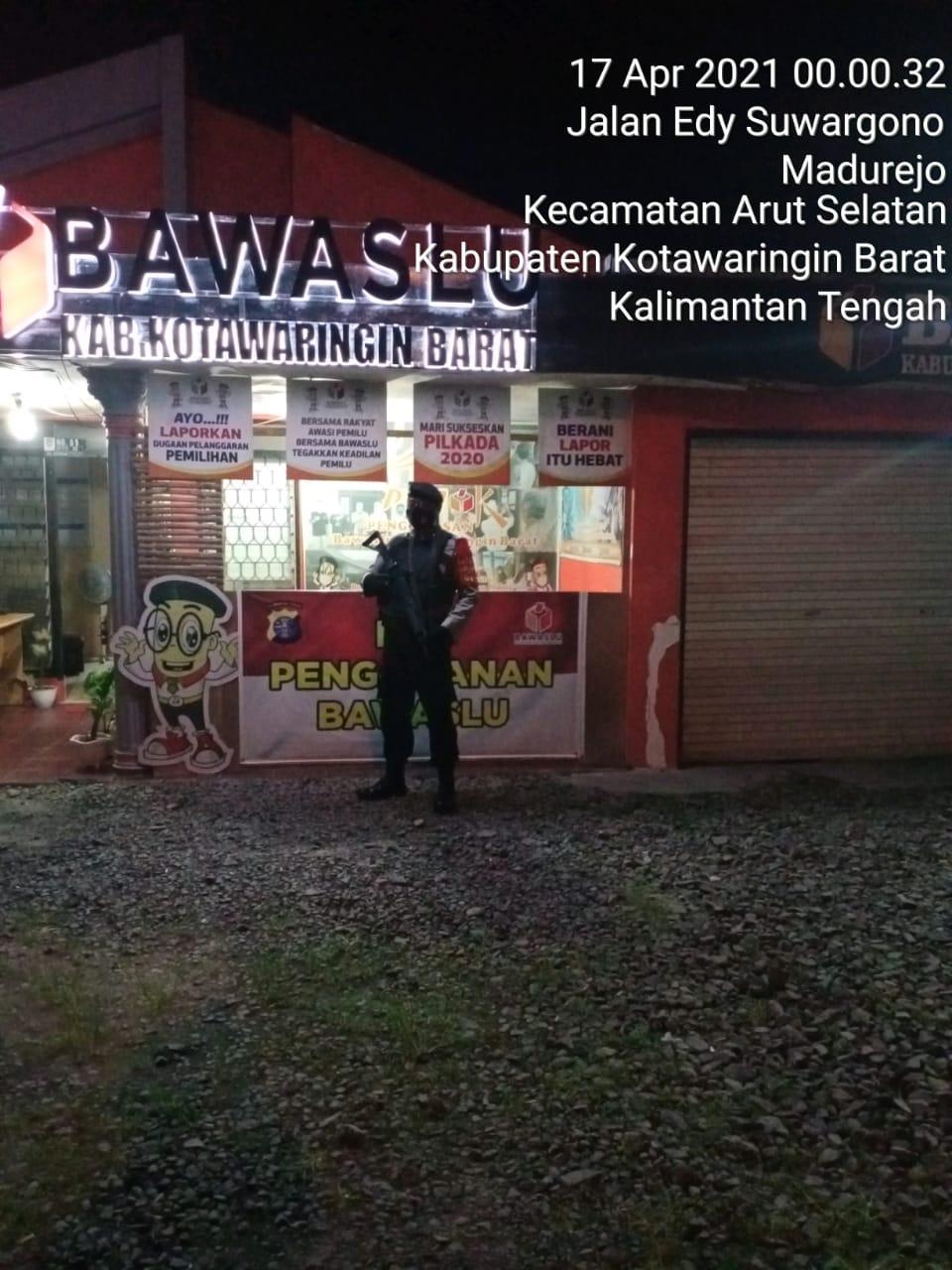 Patroli Team Rajawali berjaga di Kantor Bawaslu Kobar