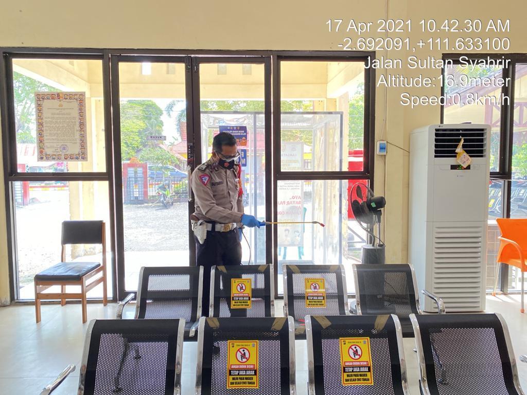 kegiatan Penyemprotan Disinsfecktan di Kantor Pelayanan Samsat Kotawaringin Barat
