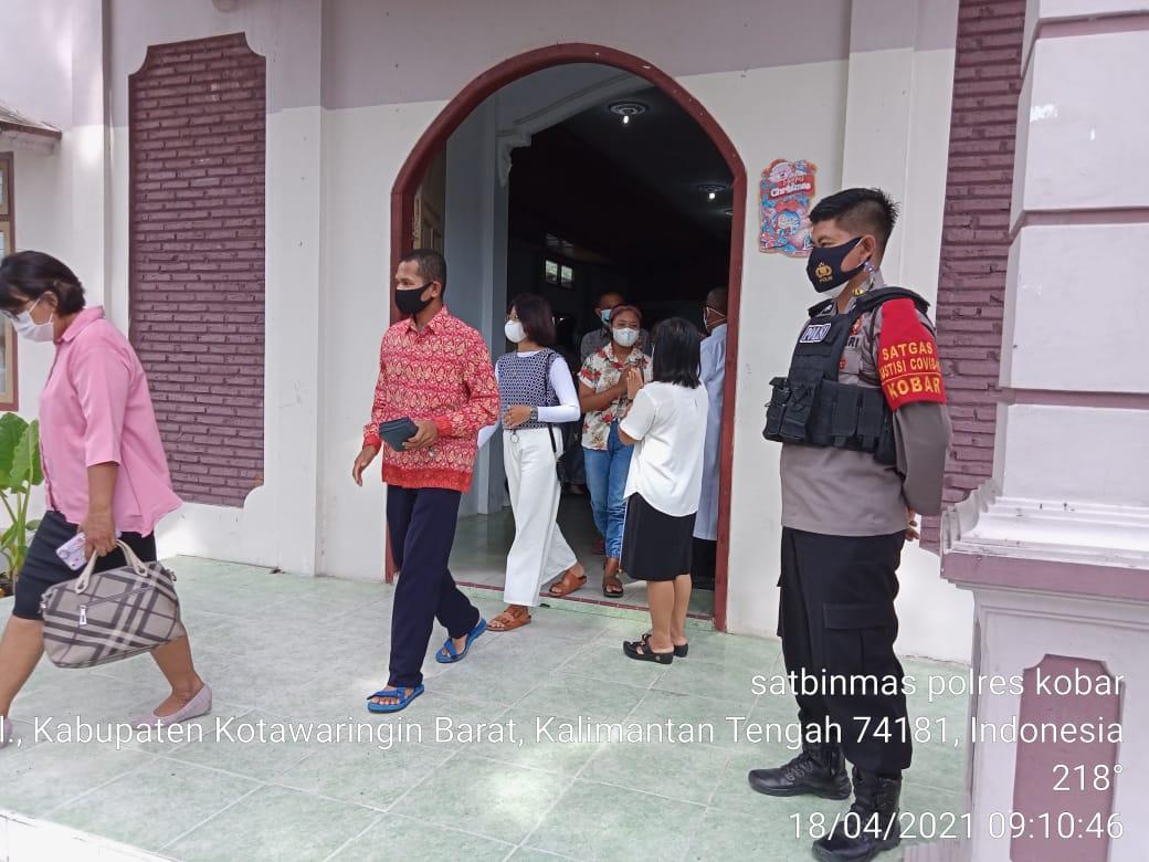 Kaurbin Ops Satbinmas Polres Kobar Melaksanakan Pengamanan ibadah Di Gereja