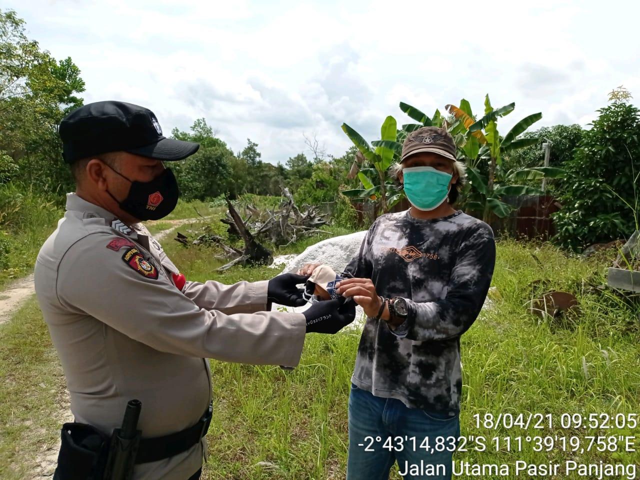 Hore, Warga Dapat Masker Dari Anggota Polsek Arsel dan TNI