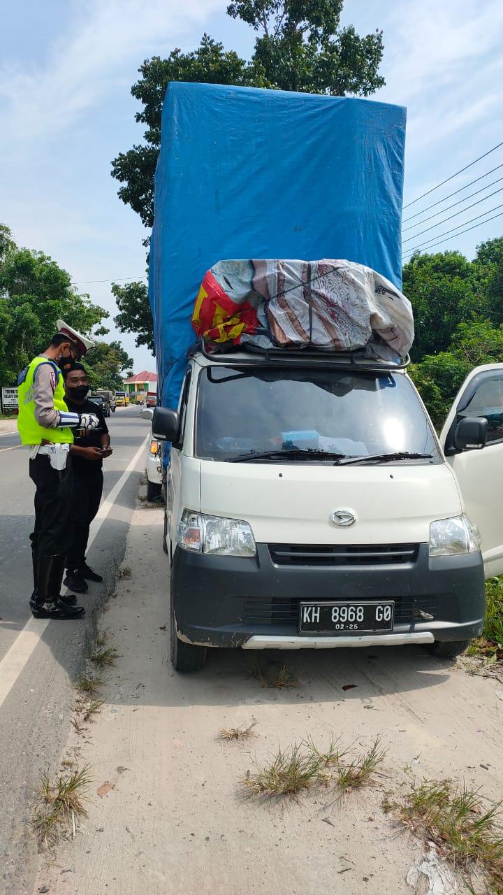 Anggota Satlantas Polres Kobar Amankan Kendaraan Muatan Berlebih