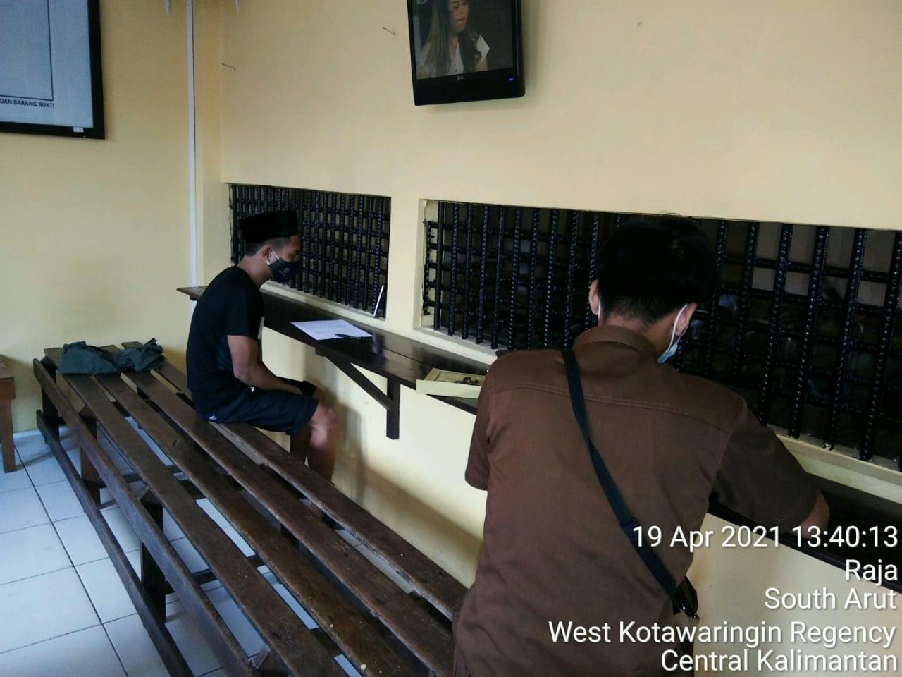 Sidang online kepada tahanan titipan kejaksaan di ruang sat Tahti Polres Kobar