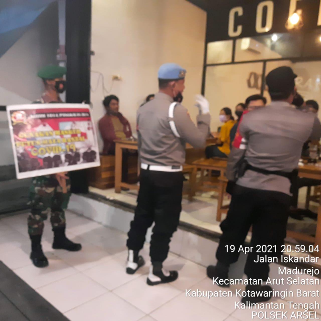 Pengunjung Cafe Kaget Saat Polisi Datang Razia Prokes